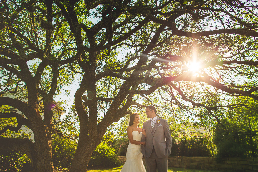 8-antebellum-oaks-austin-spring-wedding-bride-groom-photographer-andyandcarriephoto
