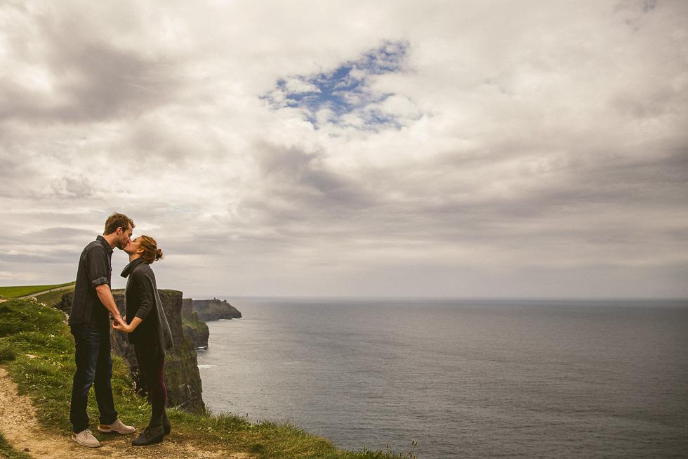 8-destination-wedding-week-photos-cliffs-of-moher-couple-kiss-ireland-andyandcarriephoto